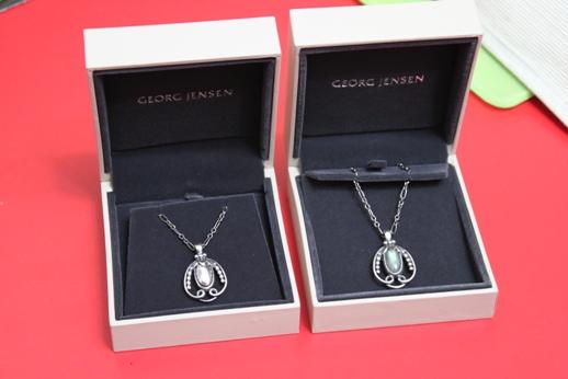 IMG_7827 1990-2010復刻年度紀念項鍊銀球7,200元、寶石9,600元(三越週年慶共13000).JPG