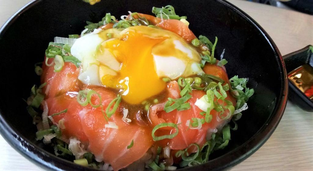 生鮭魚溫泉蛋丼飯.jpg