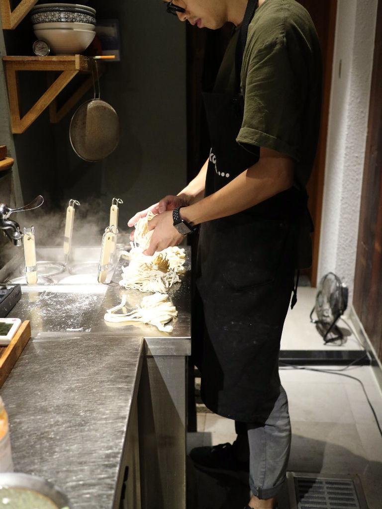 煮麵中 (1).JPG