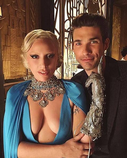 伊莉莎白女伯爵(女神卡卡 Lady Gaga 飾)、酒吧男子(約翰邁可楊 John Michael Young 飾)