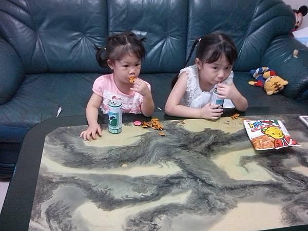 兩姐妹吃零食
