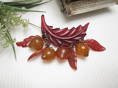 水果世界 Bakelite膠木 暗紅色葉子小桃子別針  10