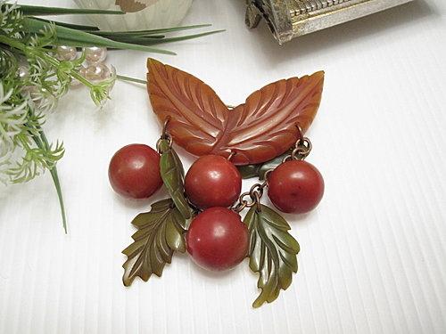 水果世界 Bakelite膠木 深橘色葉片小櫻桃別針  15