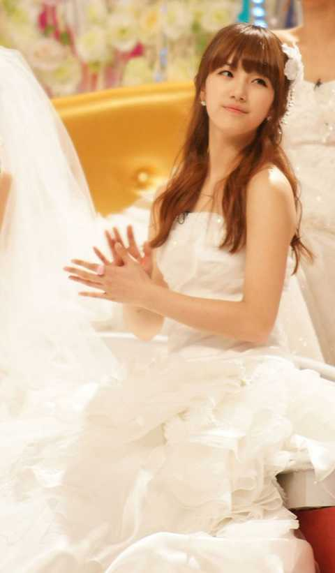 101105-suzy-wedding-dress-p2.jpg