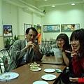 溫老師正在摳江姓老師來吃蛋糕