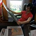 小奶總統看報紙