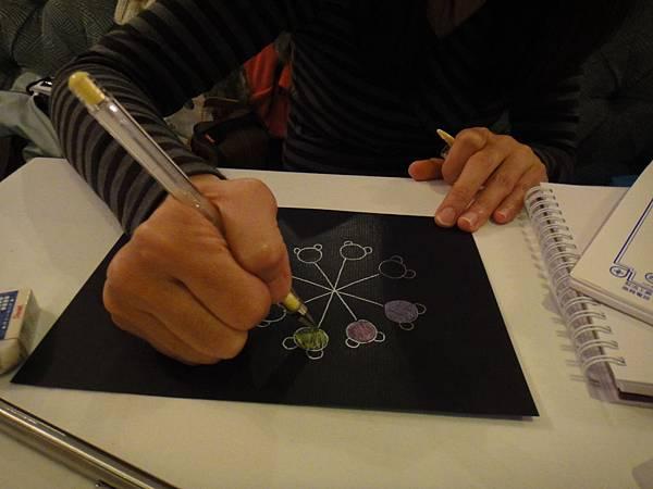 》學生黑底紙繽紛創意畫(1)