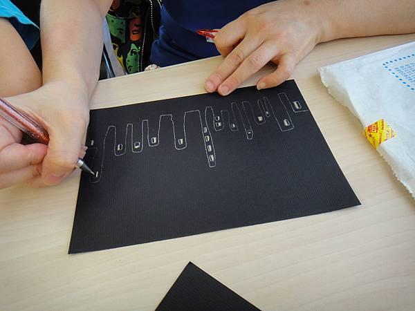 》學生黑底紙創作畫體驗(1)_媽媽