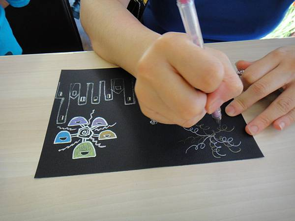 》學生黑底紙創作畫體驗(5)_媽媽