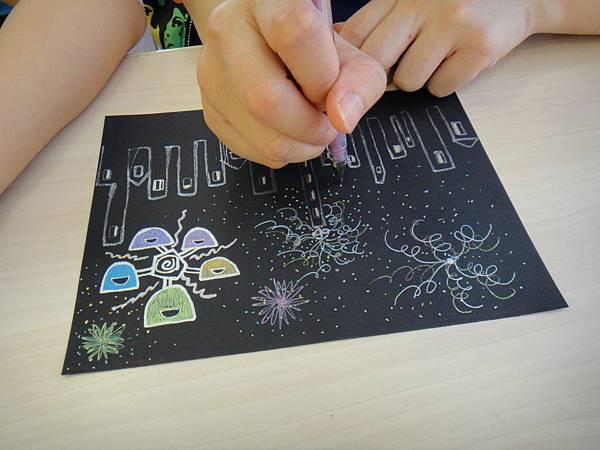 》學生黑底紙創作畫體驗(7)_媽媽