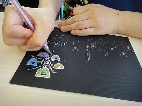》學生黑底紙創作畫體驗(3)_媽媽