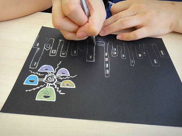 》學生黑底紙創作畫體驗(4)_媽媽