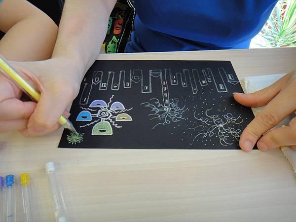 》學生黑底紙創作畫體驗(6)_媽媽