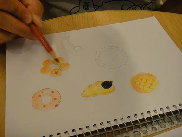 》學生色鉛畫麵包練習(10)