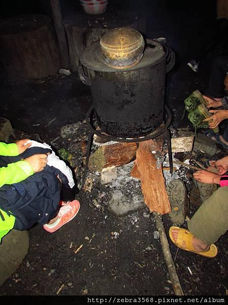 晚上圍著火爐吃西瓜