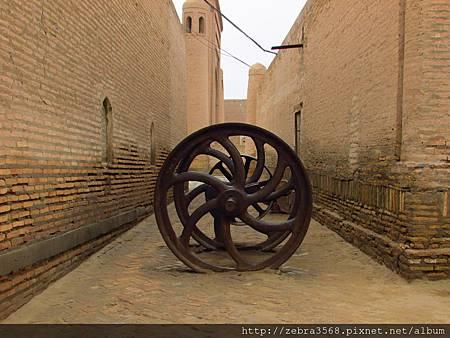 Muhammad Rakhimkhan Madrassah旁的巨型渦輪