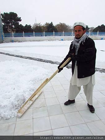 Hazrat Shrine的掃雪人