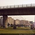 高架橋下的野餐