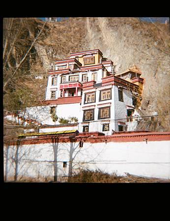 普魯岩寺,依山而建的寺院