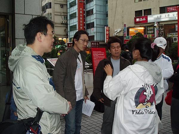 記者正在採訪藤井樹
