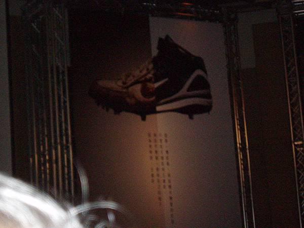小學釘鞋與大聯盟釘鞋合成