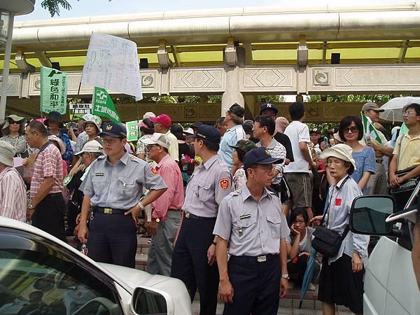 台北市政府警察正在維持秩序中