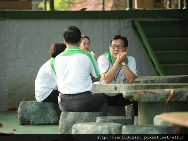 2012暑期教師生命智慧禪定營_老師們利用休息時間彼此交流