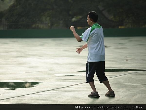 2012暑期教師生命智慧禪定營_年輕的老師起個大早打起太極拳