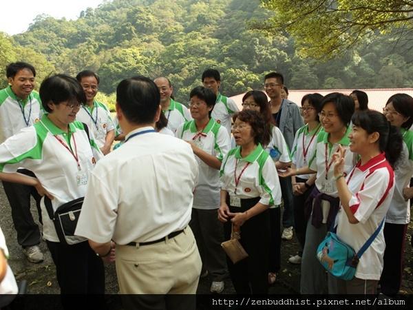 2012暑期教師生命智慧禪定營_宗明師兄在教老師們測試看不見的能量