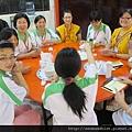 2012暑期教師生命智慧禪定營_生活組的義工們正準備端上熱呼呼的齋食供老師們享用