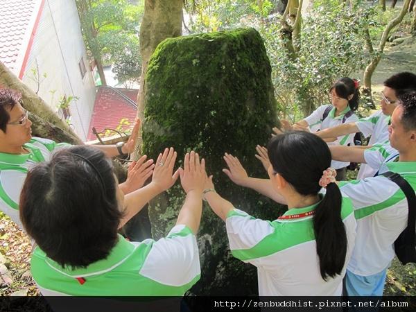 2012暑期教師生命智慧禪定營_貼近隕石,感受它的無窮能量