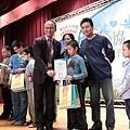 新北市教育局局長林騰蛟頒發研習證書給表現優異的學員