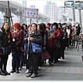 來自慈航寺的同修們正排隊等待進場