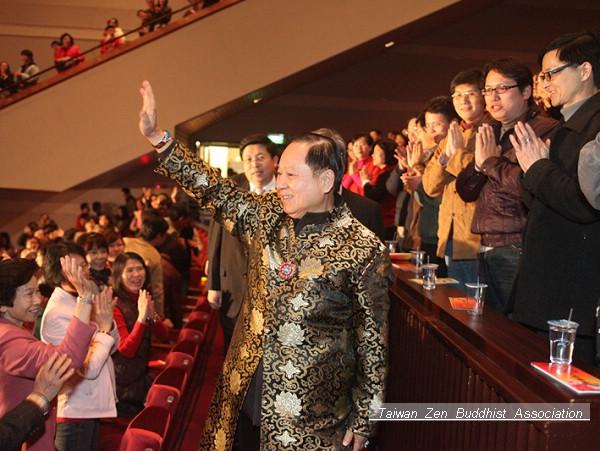 妙天禪師步入大會堂