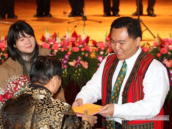 合唱團代表向妙天禪師獻上花束及卡片
