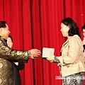抽中藥師佛法相的楊文惠師姐,歡喜的從師父手中接受大獎