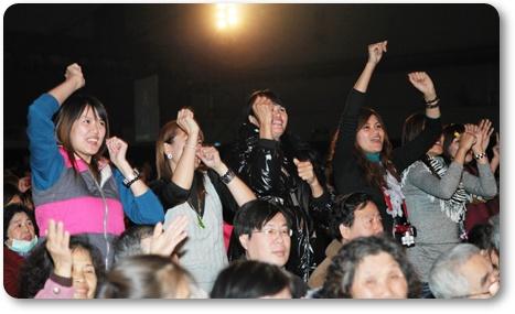 隨著彭佳蕙高亢美妙的歌聲,同修們都忍不位站起來隨音樂起舞