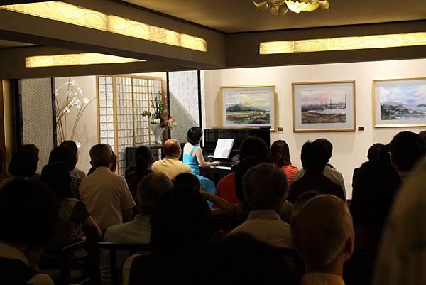 品川曉子老師開始為各位演奏鋼琴
