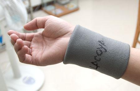 冬天戴著Lacoya竹炭護腕不用擔心手指冰冷