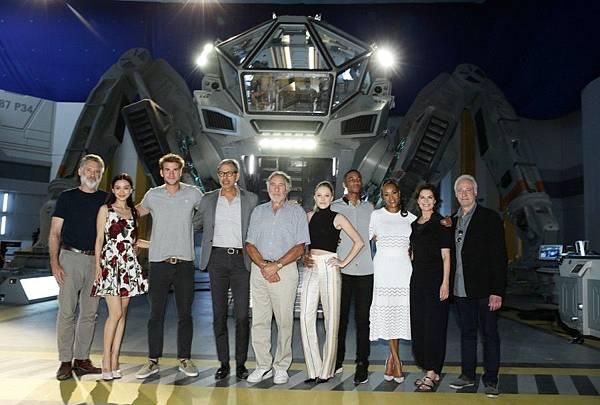 【ID4星際終結者:滅絕重生】線上記者會現場-1-左起比爾普曼、Angelababy、連恩漢斯沃、傑夫高布倫、裘德赫希、瑪嘉夢露、傑西亞瑟、薇薇卡福克斯、莎拉沃德及布蘭特史賓納