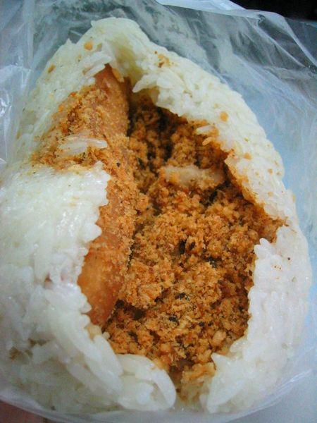 內餡好像是魚鬆還是素食肉鬆哩!