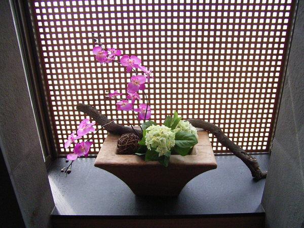 泡湯池右邊擺設的花