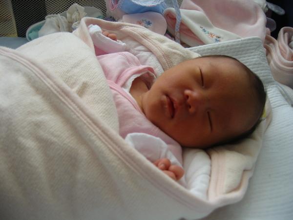 剛出生一個禮拜的小穎妹