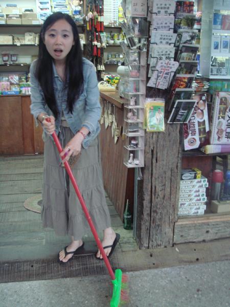 雜貨店剛開門的老闆娘