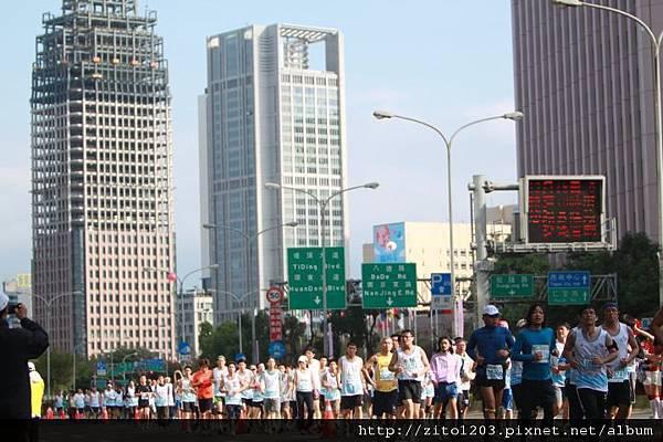 2011富邦台北馬拉松,12萬大軍來勢洶洶! (4)