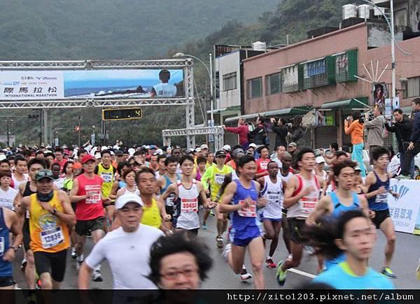 【主題賽事】-『2012 新北市萬金石國際馬拉松,向著細雨迷霧的海岸奔馳吧!』 (4)