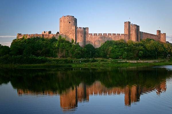 Pembroke_Castle_-_June_2011.jpg