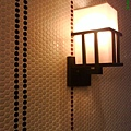 9裝飾燈~牆壁上的磁磚花樣跟廁所的一樣喔,超可愛的.JPG