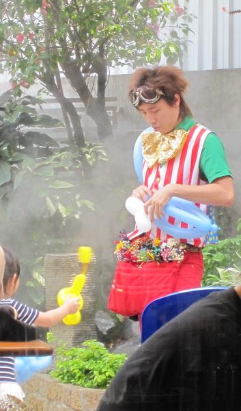 8聽說這天是德國的兒童節,特地請人折氣球給在場的小朋友,沒問要不要付費....jpg