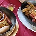 14主食--左邊是德式香腸拼盤,右邊是忘了...jpg